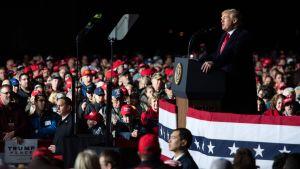 Donald Trump försökte hålla tillbaka alltför hårda angrepp mot demokrater då han talade på valmötet i Mosinee, Wisconsin på onsdag kväll.