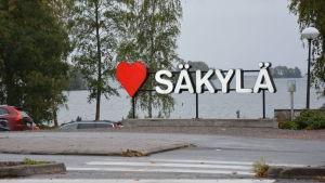 En reklamskylt som består av bokstäverna Säkylä och ett rött hjärta.