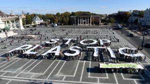 Greenpeace demonstrerar i Budapest mot plast.