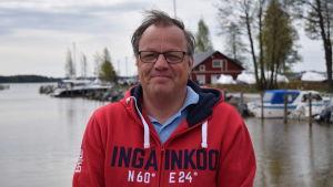 Byggnadstillsynschef Mikael Wikström i småbåtshamnen i Ingå kyrkby