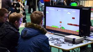 Ungdomar spelar Super Mario Bros.