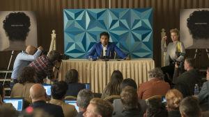 Jack (Himesh Patel) håller en presskonferens.