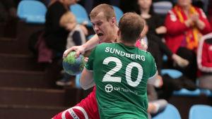 Richard Sundberg försvarar hårt i herrarnas cupfinal i handboll i december 2017.
