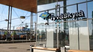 Näkymä Jyväskylän Matkakeskukseen ja junaraiteelle.
