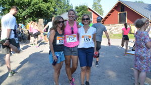 Camilla Paulsson, Micku Gallen och Lotta Pakarinen deltar på ett löpevenemang