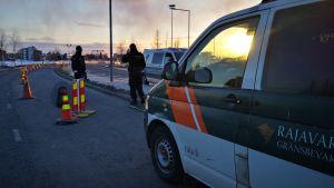 Rajavartioston miehet tekevät liikennevalvontaa Suomen ja Ruotsin rajalla.