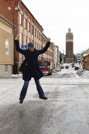 Ann-Cathrine Jungar hoppar på gata.
