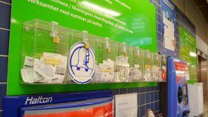 En rad av plastlådor för pantkvitton.