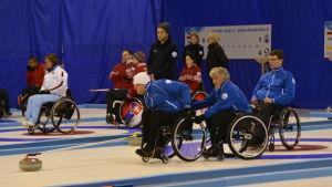 Markku karjalainen kastar, Vesa Leppänen håller i stolen, Tuomo Aarnikka längst till höger