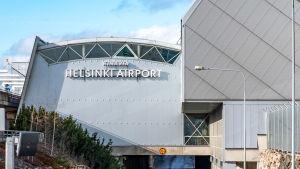 Helsinki-Vantaan lentoaseman terminaali 1 ulkopuolelta kuvattuna.
