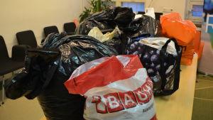 Kassar med kläder som har donerats för återvinning