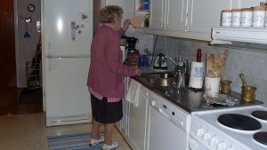 Gurli Nurmi brygger kaffe i sitt kök i Karis