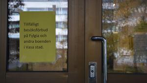 Gul skylt vid dörren till Fylgia om att det råder besöksförbud.