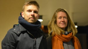 En man och en kvinna står bredvid varandra.
