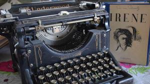 Kirjailija ja lehtimies Eric von Schantzin kirjoituskone.