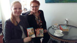 Eija Bergelin och hennes dotter Johanna håller upp sina Lotta-favoriter.