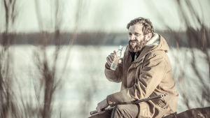 Oskar har svårt att klara sig ensam ute på pensionatet och tar till flaskan