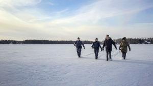 Poliser traskar på isen i tv-serien Sorjonen.
