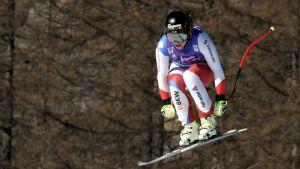 Schweiziskan Lara Gut gör ett hopp i världscupdeltävlingen i Cortina d'Ampezzo.
