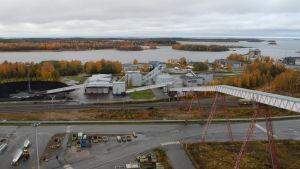 Alholmens krafts industriområde med havet i bakgrunden.