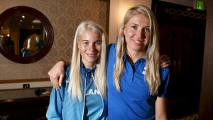 Alisa Vainio poserar med Sara Kuivisto.