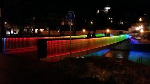 Biblioteksbron i Åbo lyser i regnbågens färger.