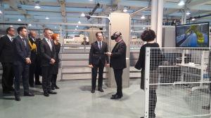 President Sauli Niinistö prövar vr-teknik under sitt besök i Technobotnia.
