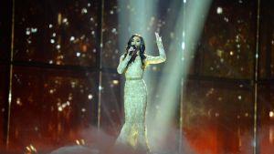 Conchita Wurst uppträder.