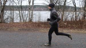 Vesa Onnia juoksee