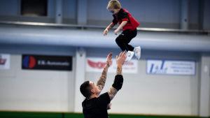 Nico och sonen Dominic Rönnberg på BK-46 träningar i januari 2021.