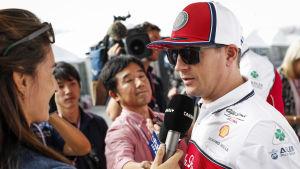Kimi Räikkönen svarar på frågor.