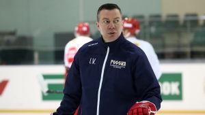 Rysslands chefstränare Ilja Vorobjov på isen.