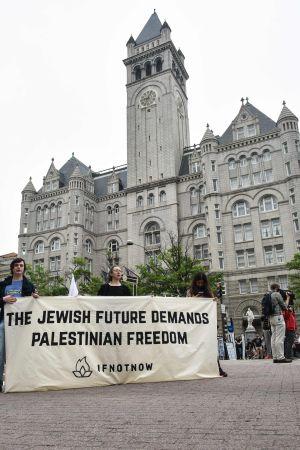 En judisk framtid kräver  palestinsk frihet, står det på demonstranternas plakat utanför Trump-hotellet i Washington