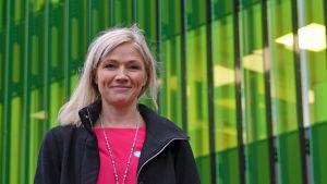 Pia Stoltzenberg poserar framför Nya barnsjukhuset.