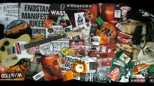 Kaikenlaista punk- ja musiikkimemorabiliaa. Kuva dokumentista Tee-se-itse -elämä: Combat Rockin tarina