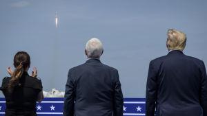 USA:s president Donald Trump och paret Mike och Karen Pence står och tittar på uppskjutningen av Falcon9-raketen.