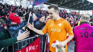 Carljohan Eriksson hälsar på HIFK:s supportrar.