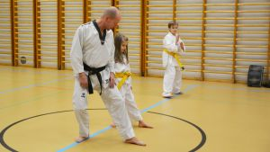 Uffe Nyström lär ut taekwondo.