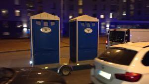 Polisen väckte munterhet då de hade med sig två bajamajor på släpkärra för de hundratals poliser som jobbade under kvällen.