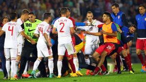 De serbiska och albanska fotbollslandslagen slåss.