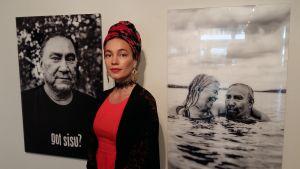 """Meeri Koutaniemi och hennes foton på """"findianer"""". Läkaren Arne Vainio till vänster."""