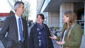 Jouni Salokivi, Maria Carlsson och Erika Ehrnrooth diskuterar.