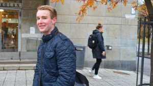 Jakob smeds ler mot kameran utanför Svenska handelshögskolan.