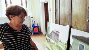 Faina Kukliansky visar bilder på gamla förfallna byggnader som en gång var synagogor och som i dag ägs av Judiska samfundet i Litauen.
