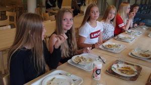 Skoleleverna får margarin till knäckebrödet.