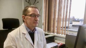 Sjukhusdirektör Margus Ulst sitter vid sitt skrivbord i arbetsrummet på Valga sjukhus i Estland.