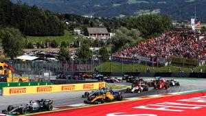 F1-bilar kör i en kurva i Österrikes gp.