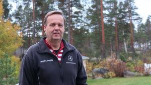 Rune Friman framför en skog.