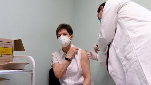 En ungersk sjuksköterska vaccineras med det nya coronavaccinet.