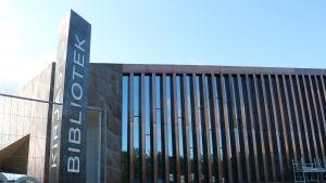 Brun biblioteksbyggnad.